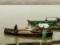 După acostare năvoadele din bărci sunt transportate de pescari într-o magazie din apropierea debarcaderului. Foto: Eduard Vasilică