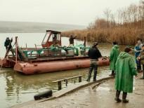 Ambarcatiune improvizata pentru transportul pestelui pe lac