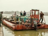 Ambarcatiunea pentru transportul capturii are o cusca din plasa ce poate fi scufundata pentru a transporta pestele viu