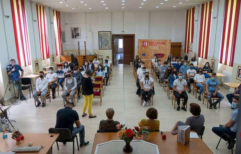 Elevei, profesori si specialiști la Liceul Tehnologic Gheorghe Ionescu - Sisești din Valea Călugărească