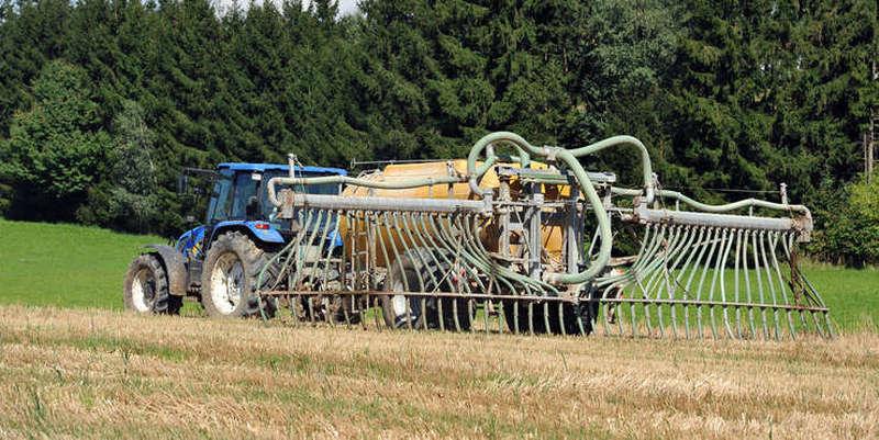 Tractor cu o instalatie de stropit Glifosat