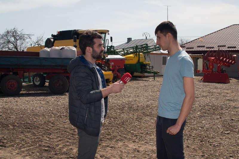 Mircea Oprea si George Cătălin Paraschiv in curtea fermei din Lunca
