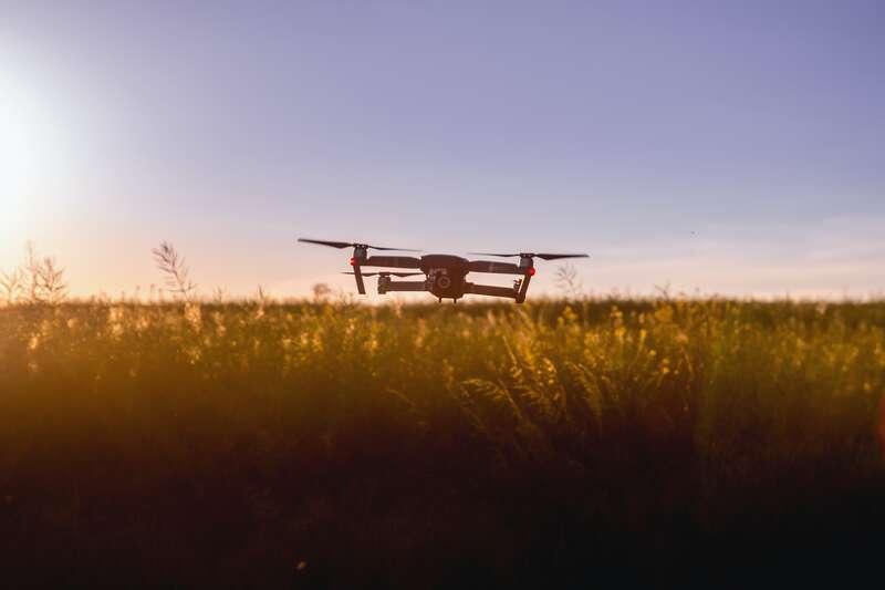 Drona deasupra unui camp