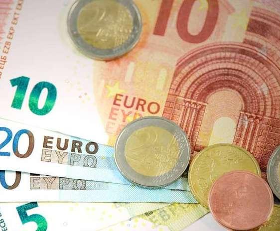Euro. Bancnote de 5, 10 si 20 cu cateva monede deasupra. PAC
