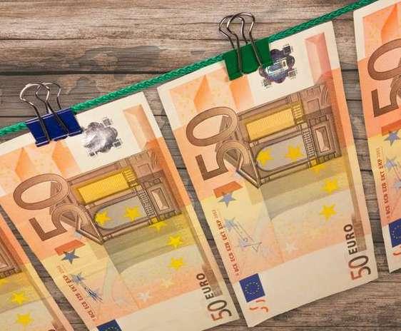 Bancnote Euro prinse la uscat. PAC - diminuarea bugetului pentru agricultura.