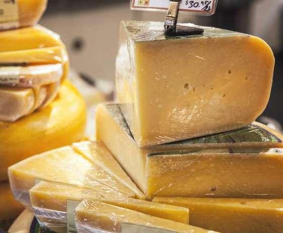 Cascaval intr-o vitrina, industria laptelui