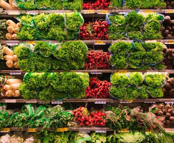 Legume aranjate pe rafturi intr-un supermarket